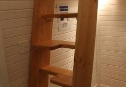 Alternating step tread ladder